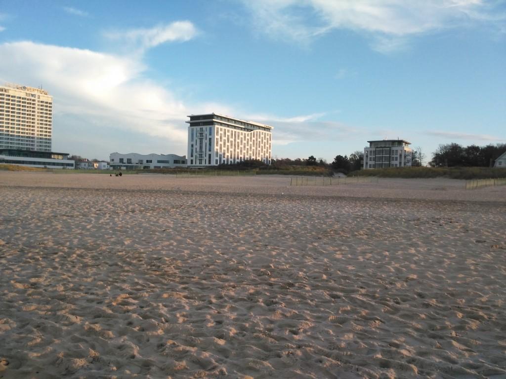 Blick vom Strand auf das a-ja in Warnemünde
